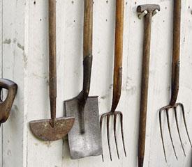 Preparé le sol avec outils de jardin